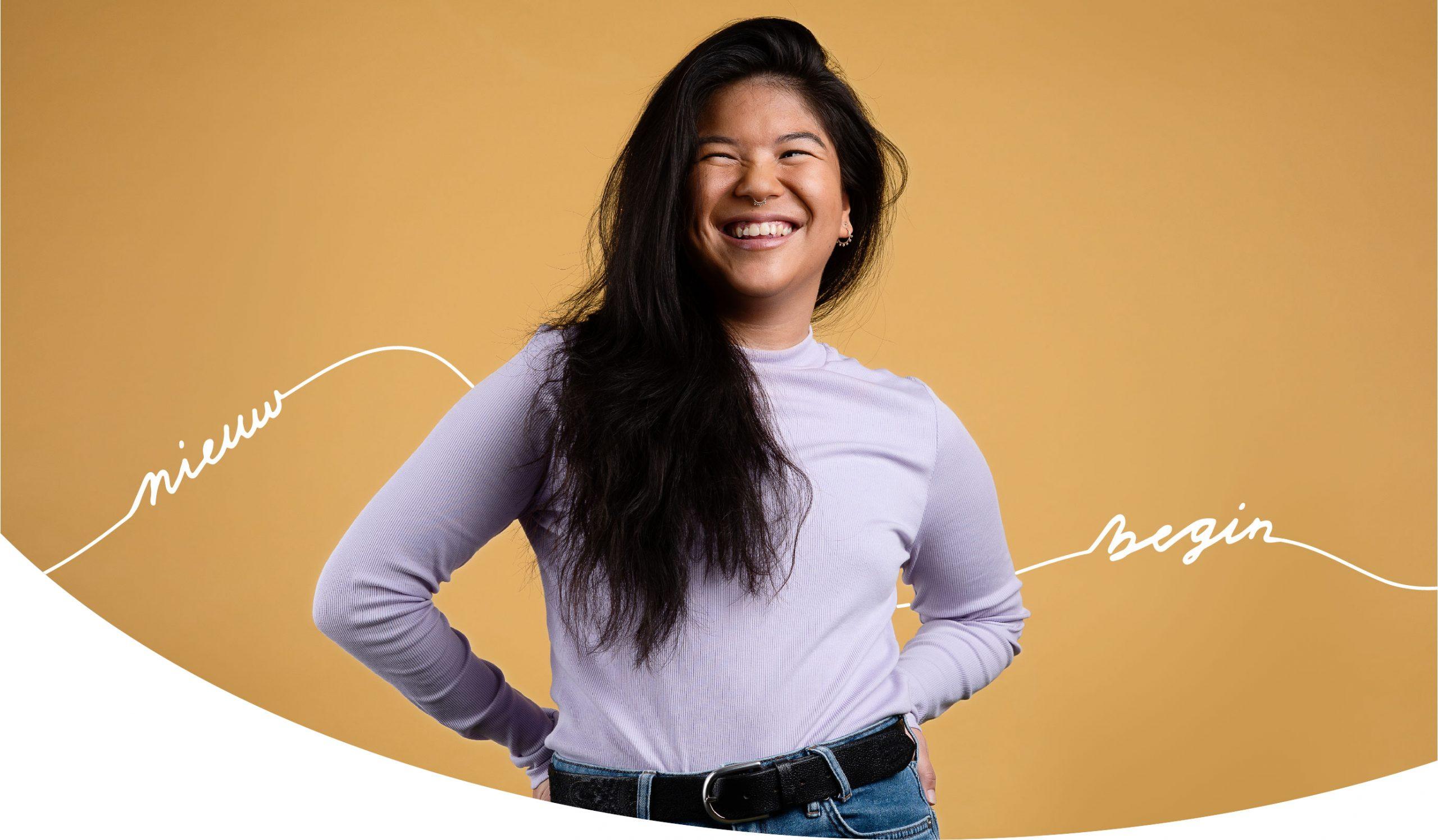 Banner beeld voor het project van Stichting D'Roem campagne studio shot voor gele achtergrond met een jonge vrouw ervoor